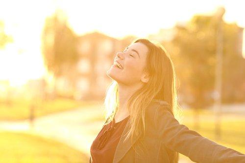 https://www.kiehls.com.tr/media/kiehls_blog_images/19-06/30/gunes-karsisinda-mutlu-kadin.jpg