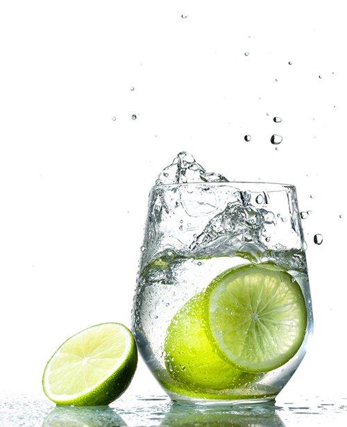 https://www.kiehls.com.tr/media/kiehls_blog_images/19-07/04/su-dolu-bardak-icinde-limon.jpg